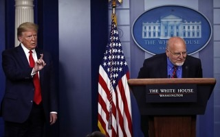 "Foto de la nota de prensa ""Furious Donald Trump throws tantrum after CDC boss directly contradicts him at White House press conference"", DailyMail, edición del 23/4/2020"